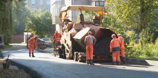 У декількох мікрорайонах Коломиї продовжують ремонтувати двори ВІДЕО