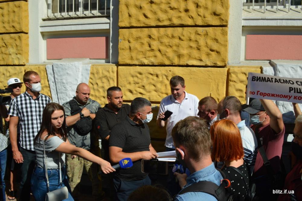 Рейдерське захоплення ГК «Соколи»: Власники гаражів пікетували прикарпатську поліцію ФОТО