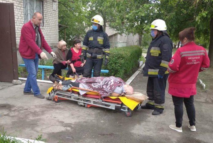 Рятувальники допомогли медикам транспортувати важкогохворого франківця до карети «швидкої»