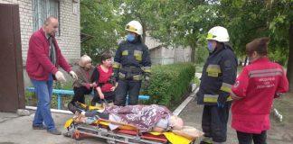 Рятувальники допомогли працівникам «швидкої» перенести хвору франківку до власної оселі