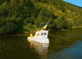 Двоє прикарпатців збудували корабель із пластикових пляшок ВІДЕО