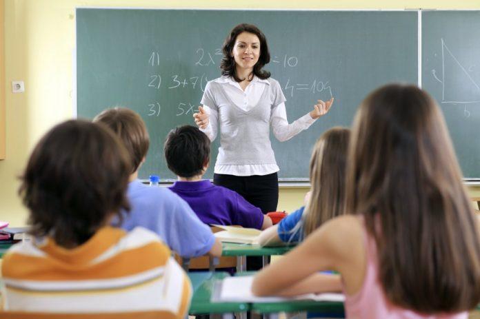 Українським учителям піднімуть зарплати на 30%: озвучено терміни