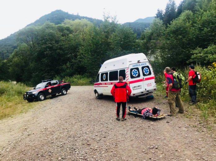 У Карпатах травмувався турист зі Львова: надвичайники на ношах транспортували постраждалого до підніжжя гори