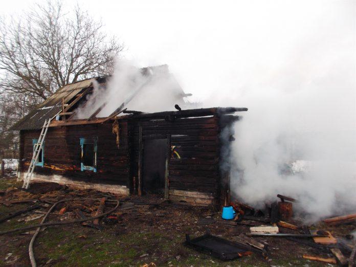 На Прикарпатті під час пожежі врятували власника будинка