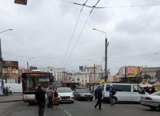 У Франківську біля ринку ДТП – рух у середмісті ускладнено ФОТОФАКТ