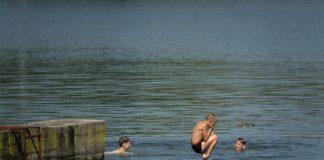 Рятувальники передали поліції жінку та зграйку дітлахів, які не реагували на зауваження під час розваг на міському озері