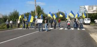 На Городенківщині обурені мешканці кількох сіл перекрили дорогу - вимагають ремонту ВІДЕО