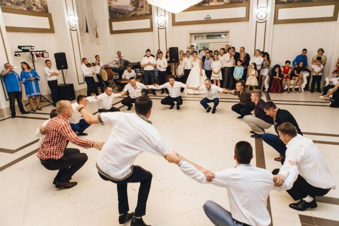 Захоплююче виконання аркану на прикарпатському весіллі рве мережу - за декілька днів відео переглянуло майже 200 тисяч людей