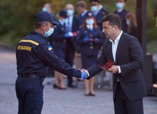 Зеленський нагородив двох прикарпатських рятувальників
