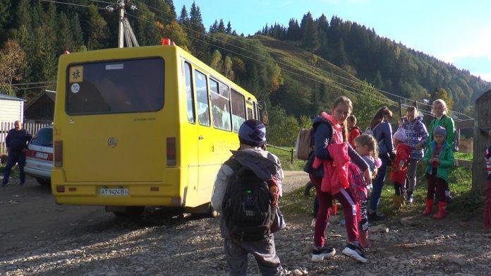 Дітям високогірного села на Прикарпатті доводиться щодня долати до 10 кілометрів пішки, аби дістатися до школи ВІДЕО