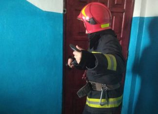 Прикарпатські рятувальники двічі відкривали двері до квартири, де знаходилися літні жінки
