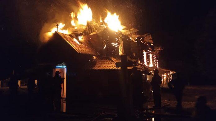У селі на Прикарпаття загорілася старовинна церква ФОТО