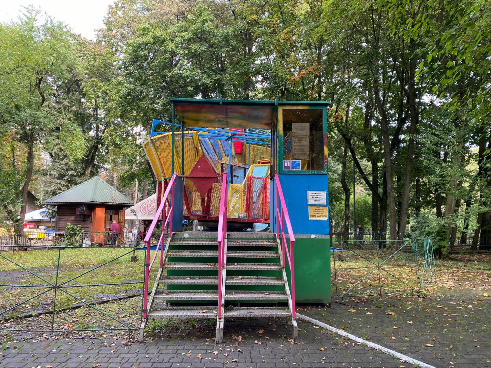 Нагадує Чорнобиль: атракціони у міському парку Франківська «доживають» свого ФОТО