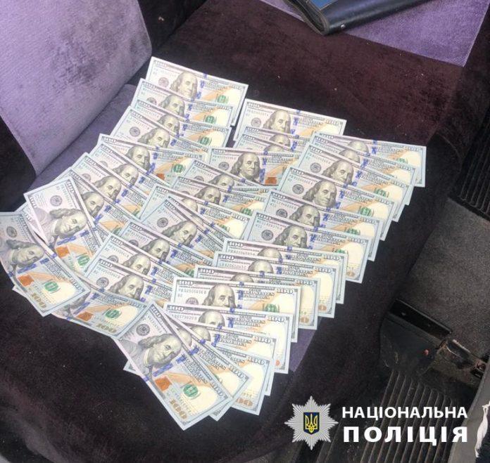 Прикарпатські поліцейські з чернівецькими колегами затримали «на гарячому» посадовців-хабарників ФОТО