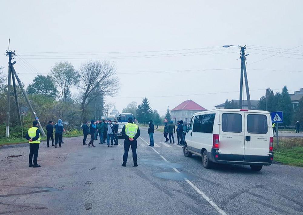 Мешканці кількох сіл Тлумаччини частково перекрили дорогу - вимагають ремонту ФОТО