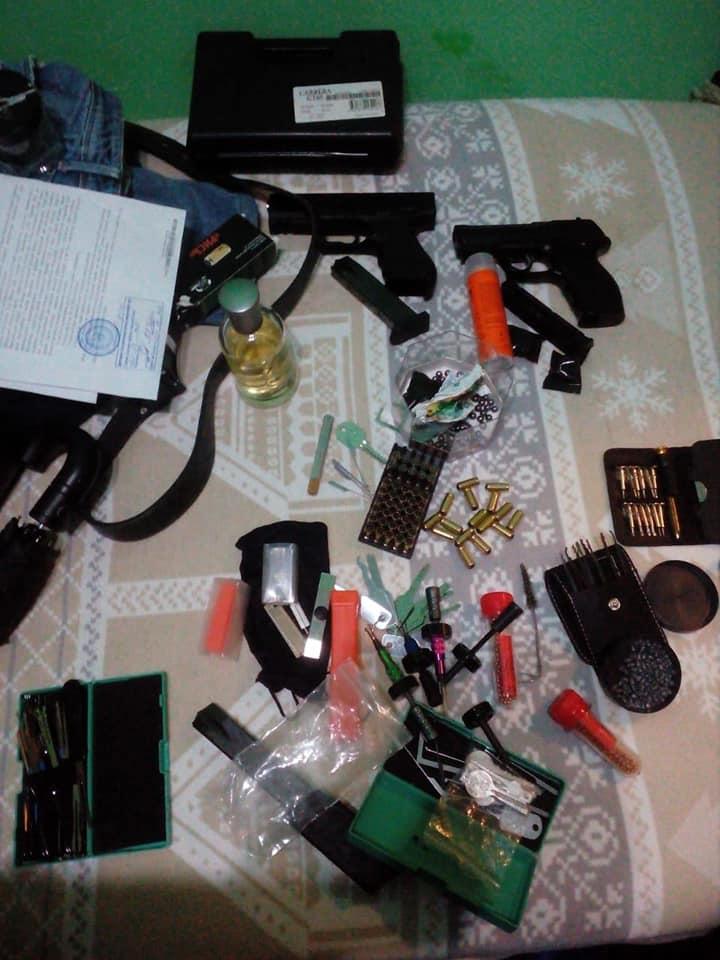 У прикарпатця, який скоїв розбійний напад в автобусі, вдома знайшли зброю та наркотики ФОТО