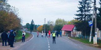 На Прикарпатті обурені селяни перекрили дорогу - вимагають ремонту ФОТО