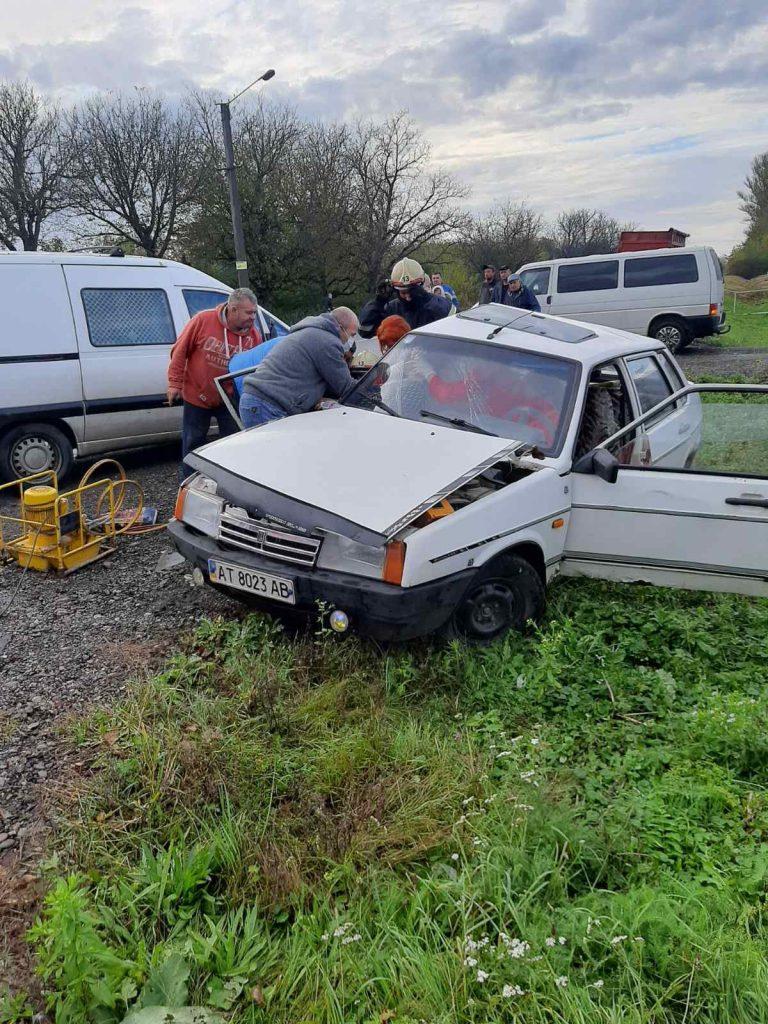 Автівка у кюветі, а пасажирка затиснута в салоні: відомі деталі аварії на Прикарпатті, де травмувались двоє людей ФОТО