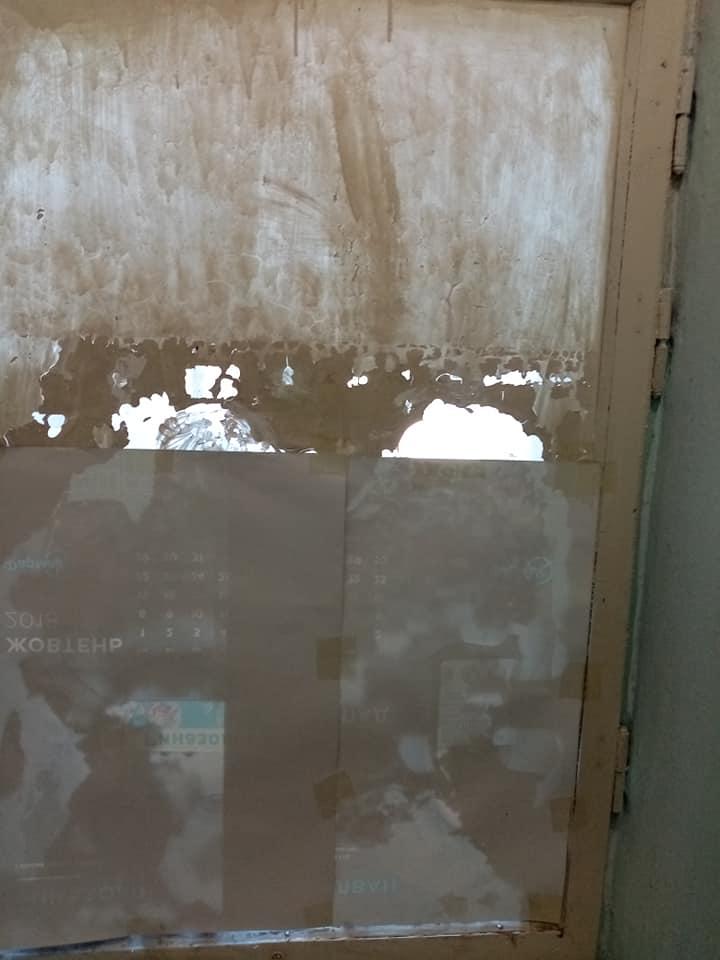 Обдерті стіни, старезні вікна та двері: франківці масово скаржаться на жахливий стан дитячої поліклініки в мікрорайоні «Пасічній» ФОТОРЕПОРТАЖ