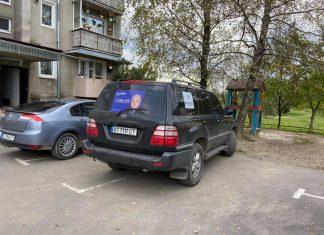 На Прикарпатті серед білого дня невідомі обстріляли авто з агітками ФОТО