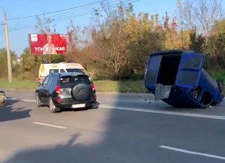 Двоє постраждалих та розтрощене авто, яке від сильного удару перекинулося на дах - наслідки карколомної ДТП на Івасюка ВІДЕО