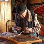 Історія прикарпатського майстра, який виготовляє народні гуцульські музичні інструменти