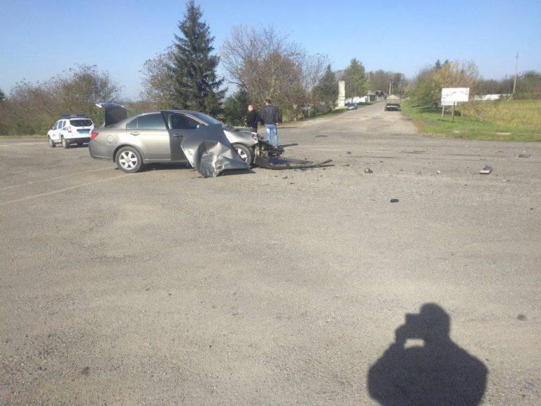 На Прикарпатті легковик на швидкості врізався у вантажівку: є травмовані ФОТО