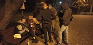 На Валах муніципалам довелось вгамовувати молодиків, які розпивали алкоголь та голосно лаялись ФОТО