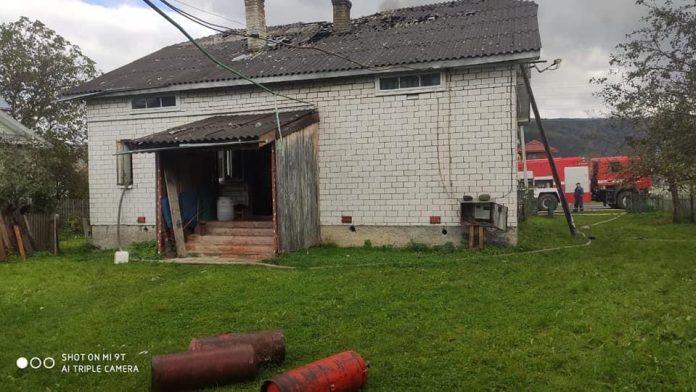На Прикарпатті під час пожежі з горища будинку винесли три газові балони ФОТО