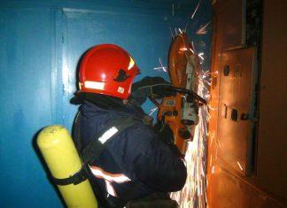 У Франківську рятувальники відчини двері до квартири, де перебувало двоє літніх людей та потребували допомоги