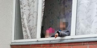Малеча плакала та просила їжі у перехожих: у Франківську горе-матір на декілька днів залишила в квартирі двох дітей ФОТО