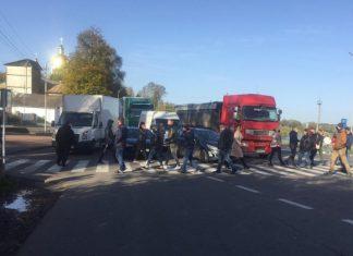 Обурені мешканці Долинщини вдруге перекрили дорогу національного значення ФОТО