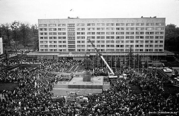 У Франківську 30 років тому повалили Леніна ВІДЕО