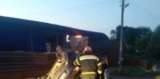 На Прикарпатті в ДТП загинув 21-річний хлопець, тіло загиблого з автомобіля діставали рятувальники