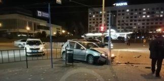 У середмісті Франківська автівка врізалась у стовп