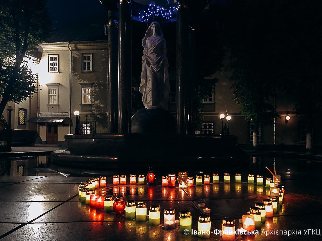 Франківці молитвою та запаленими свічками вшанували дітей, які померли під час вагітності ФОТО