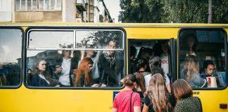 На Прикарпатті суд оштрафував водія за перевезення пасажирів, які стояли в автобусі
