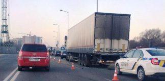 Попри заборону, вантажівки досі їздять пасічнянським мостом, поліція - не реагує