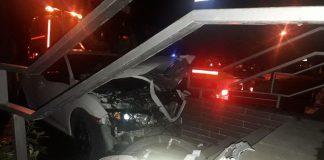 Поліція розшукує винуватця резонансної ДТП у Франківську, котрий за кермом іномарки врізався у сходову клітку
