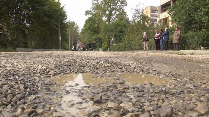 Мешканці однієї з вулиць Коломиї нарікають на вкрай неналежний стан дороги ВІДЕО