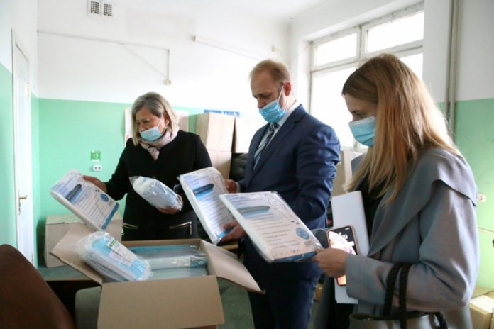Медикам з Прикарпаття передали засоби індивідуального захисту