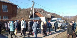 Обурені мешканці Косівського району перекрили дорогу ФОТО