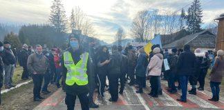 На Косівщині обурені мешканці знову перекрили дорогу