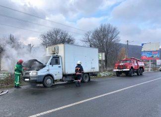 На Прикарпатті посеред дороги загорівся автомобіль