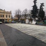 Біля франківської ратуші монтують ковзанку ФОТО