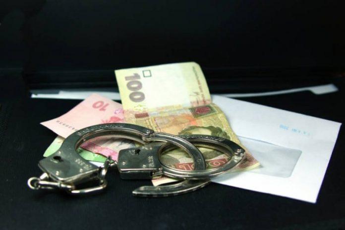Прикарпатець, який пропонував хабар поліцейському, сидітиме за ґратами понад чотири роки