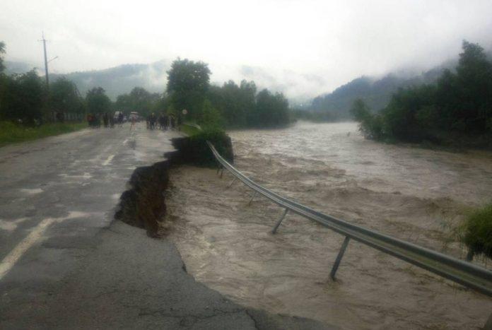 Прикарпатське гірське село може будь якої миті опинитися без сполучення через аварійну дорогу