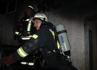 Вечірня пожежа в Івано-Франківську: рятувальники евакуювали людей із багатоповерхівки у центрі міста