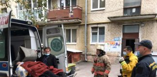 Рятувальники допомогли медикам транспортувати хвору франківку до карети «швидкої»