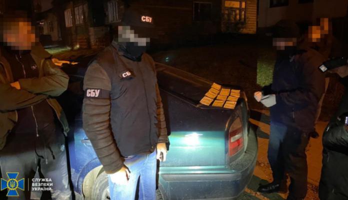 Прикарпатський лісничий допомагав контрабандистам переправляти через кордон цигарки ФОТО